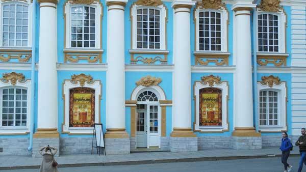 Оформление витрины окна для Салона Янтаря