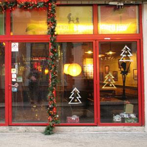 Новогоднее оформление витрин. Самоклеющиеся пленки для праздничного оформления витрин и торговых залов.