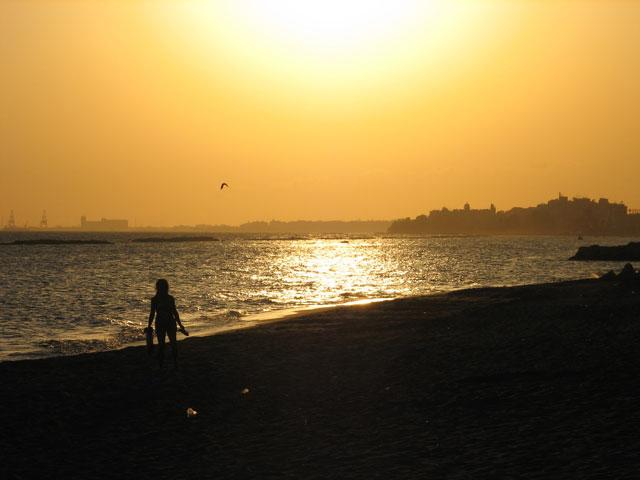море, закат, очертания города
