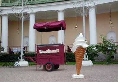 тележка на фоне дворца