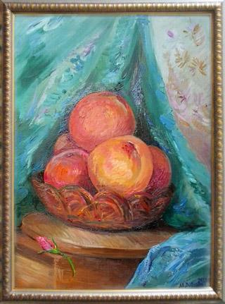 Картина маслом: персики в корзинке на кухонной доске, драпировка цвета изумруд