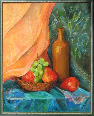 картина а раме: Бутыль, перед ней корзиночка с грушами и виноградом; зеленая и желтая драпировка