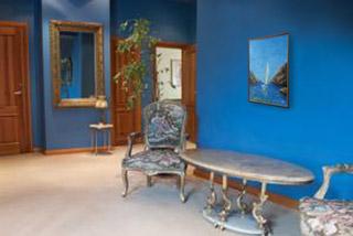 холл, кресла, мраморный столик, над ним на стене висит картина